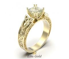 Необычное кольцо на помолвку с узорами и квадратным камнем  артикул:6199